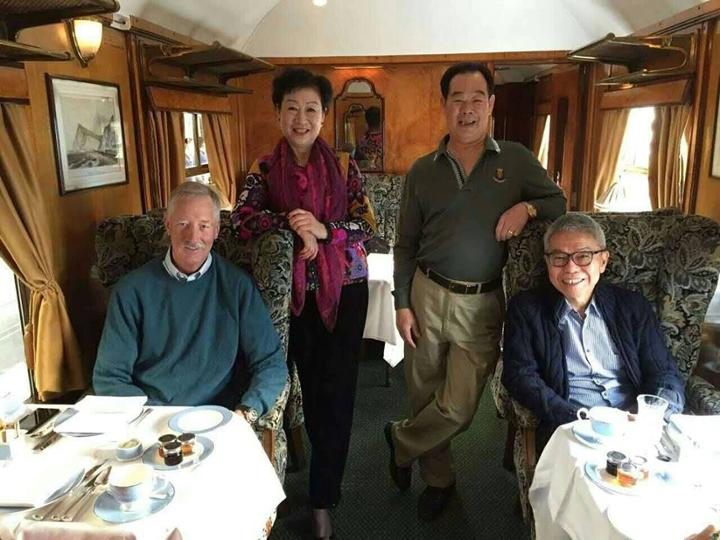 FCA Foo Howe Kean chụp với các FC khác của Amway toàn cầu