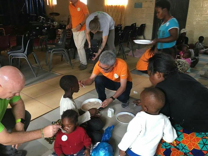 Thầy Foo chia sẻ với trẻ em châu Phi