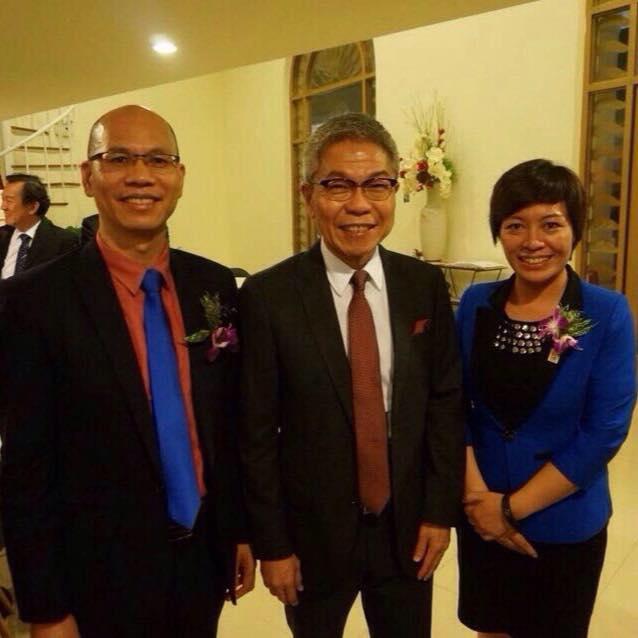Thầy Phó Hậu Kiên chụp ảnh với Diamond Vũ Thị Phúc và thầy Hoàng Hồng Kiên